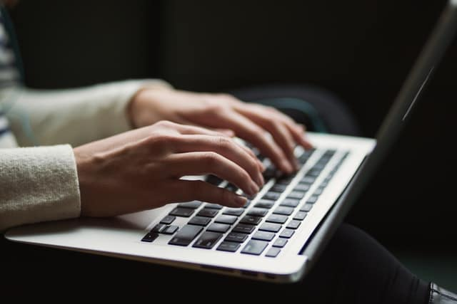 Jeune fille s'inscrivant sur un site